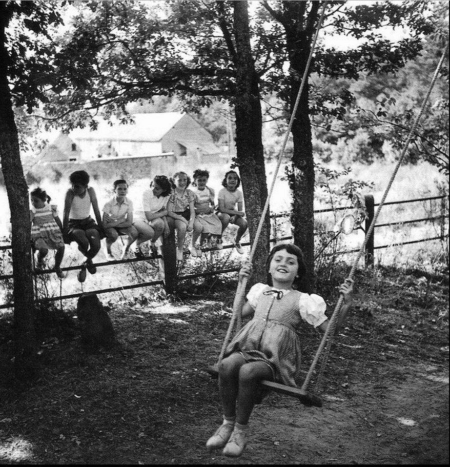 1950. Девочка на качелях