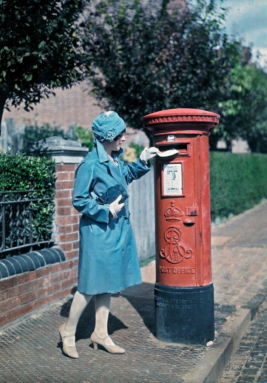 Молодая женщина отправляет письмо в Оксфорде