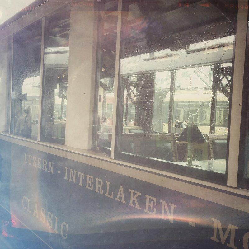Ностальгический поезд Люцерн-Монтре идет через Гштад