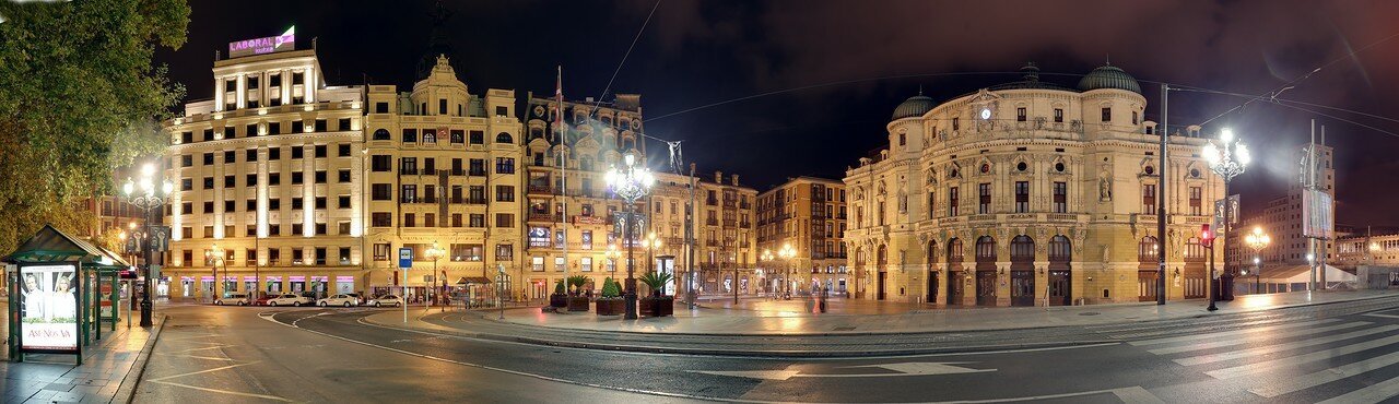 Ночной Бильбао. Площадь Аррига-Ареаеса (Plaza Arriaga-Areatza), театр Аррига. панорама
