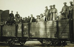 Австрийские пленные и русские конвоиры в открытом вагоне перед отправкой в тыл.