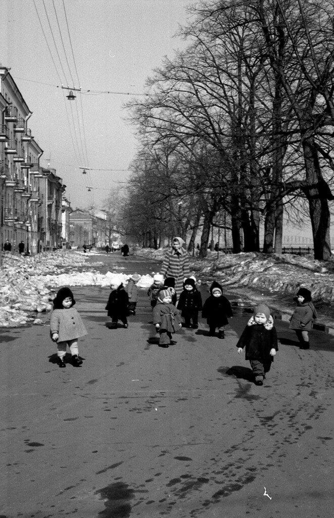 Детский сад на прогулке по Волжской набережной