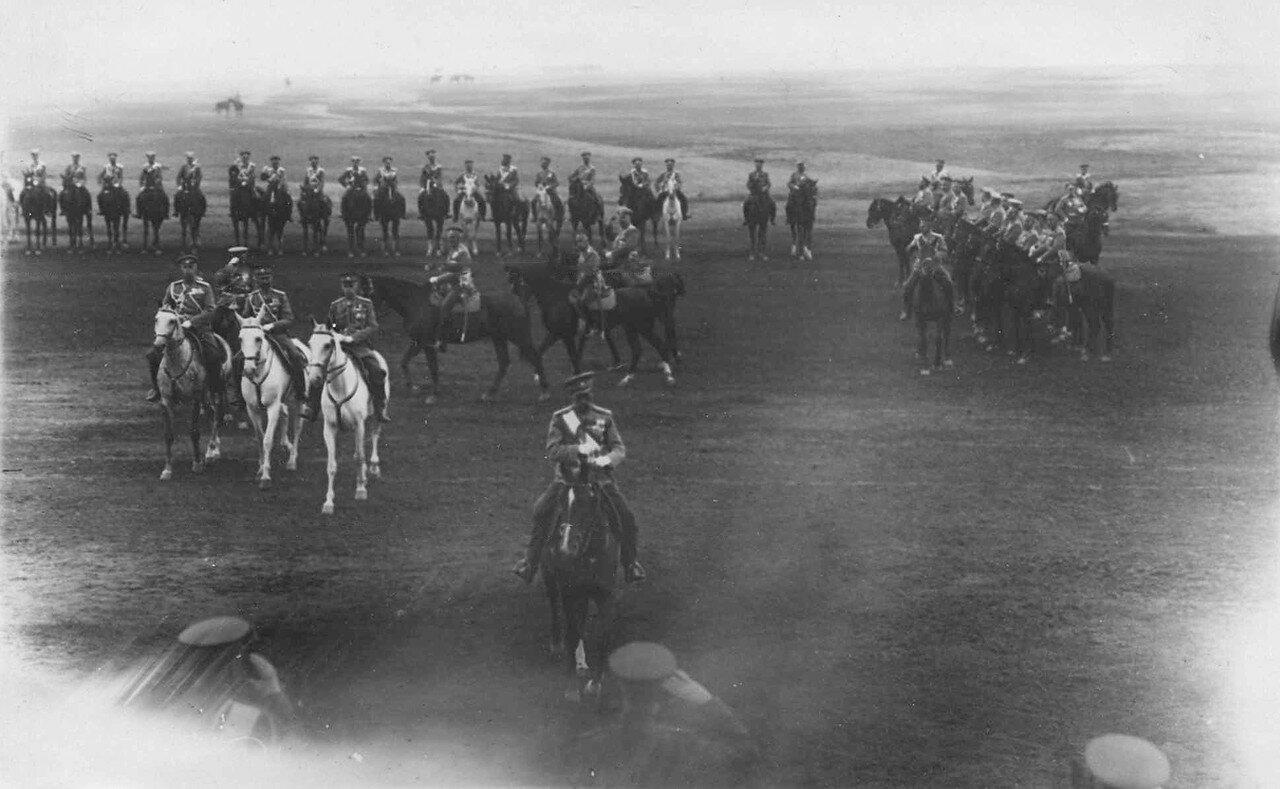 25. Император Николай II со свитой направляется к войскам, выстроившимся для смотра. 30 июля 1912