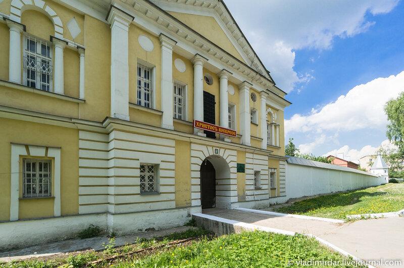 Святые врата Свято-Екатерининского монастыря с надвратной церковью святителя Дмитрия Ростовского