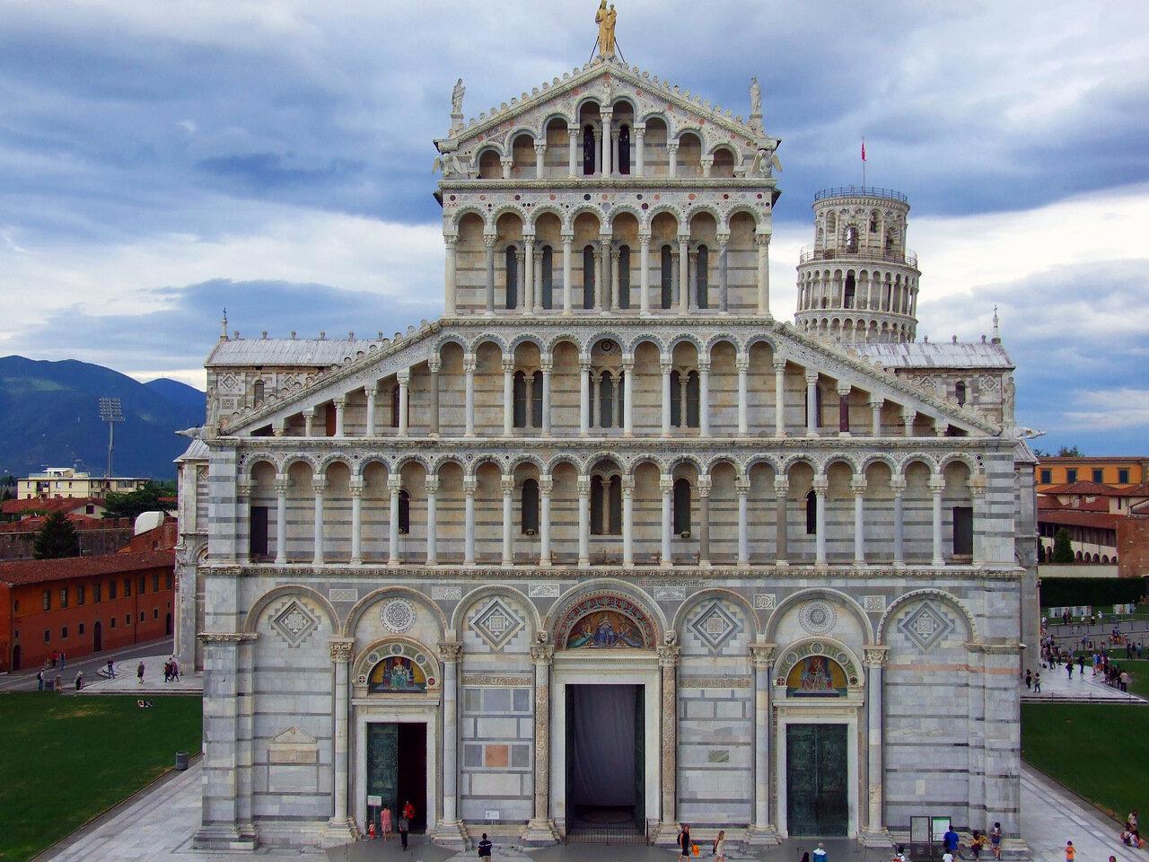 Пиза (Pisa). Поле чудес (Piazza dei Miracoli). Кафедральный Собор (Duomo di Santa Maria Assunta) и на заднем фоне падающая башня (Torre pendente di Pisa)