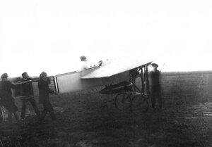 Проба мотора аэроплана Блерио, в кабине А.А.Кузьминский