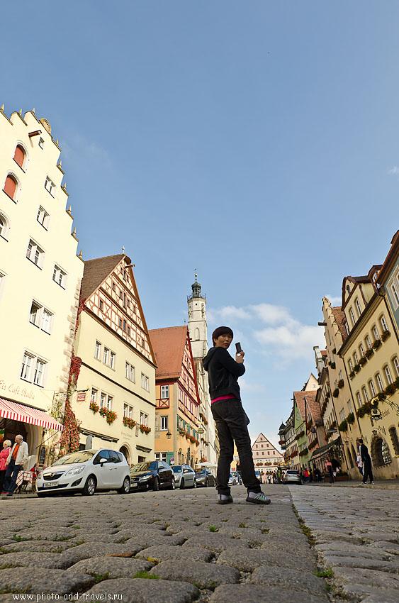 22. Японская туристка фотографируется на фоне Башни ратуши (Rathausturm) в музее под открытым небом Ротенбурге-на-Таубере