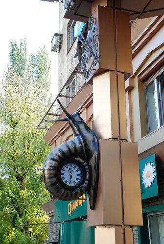 """Часы """"Улитка"""" на колонне здания"""