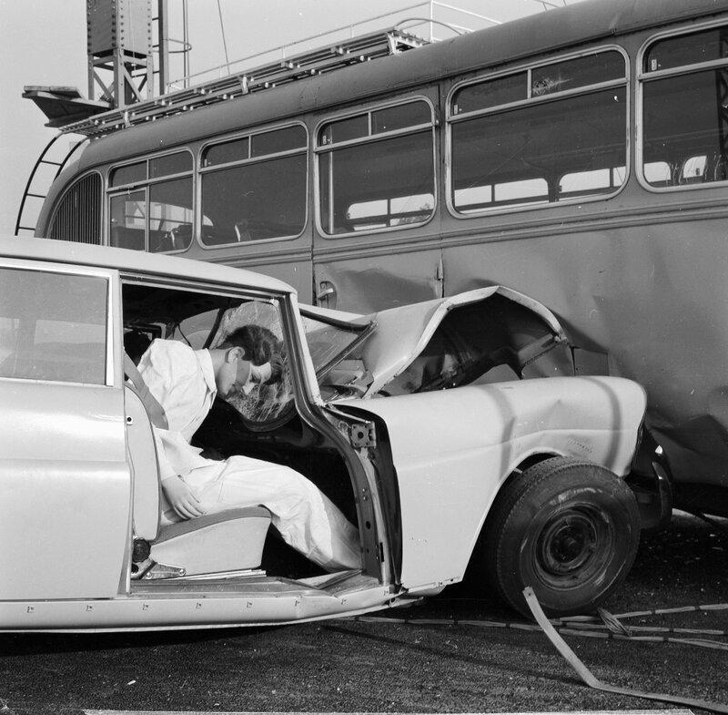 Sicherheitsentwicklung bei Mercedes-Benz mit Hilfe systematischer Crashtests. Aufprallversuch im Werk Sindelfingen mit einem Typ 220 Sb (W 111) mit einer Geschwindigkeit von 86 km/h auf einen Omnibus im Jahr 1962. Die Oberklasse-Baureihe W 111 (1959 bis 1