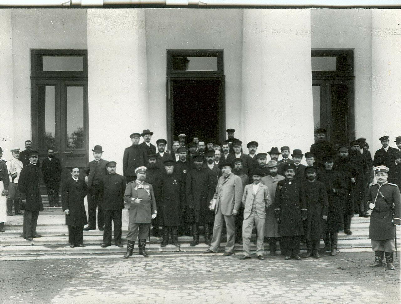 Группа депутатов Первой Государственной думы у главного подъездаТаврического дворца