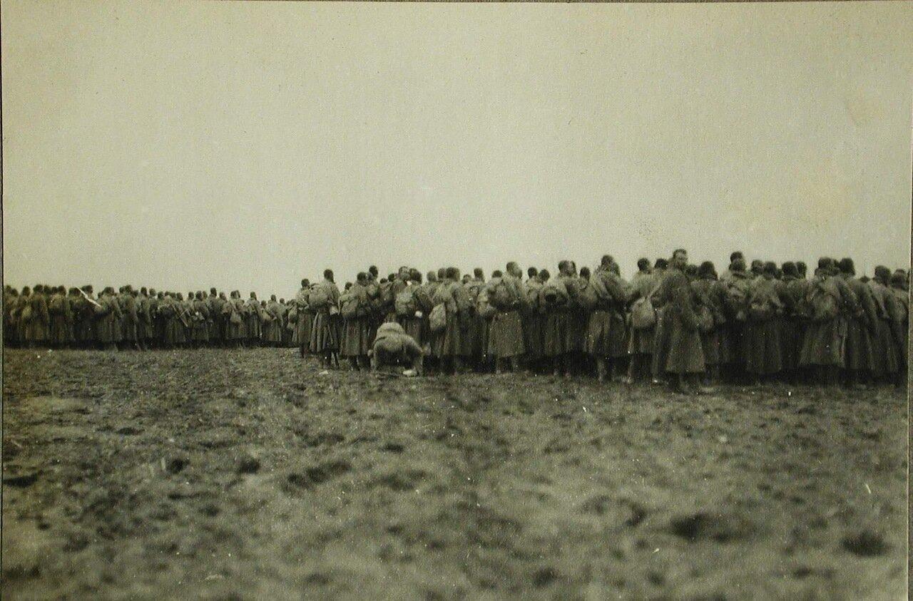 65. Солдаты и офицеры одной из армейских частей во время богослужения