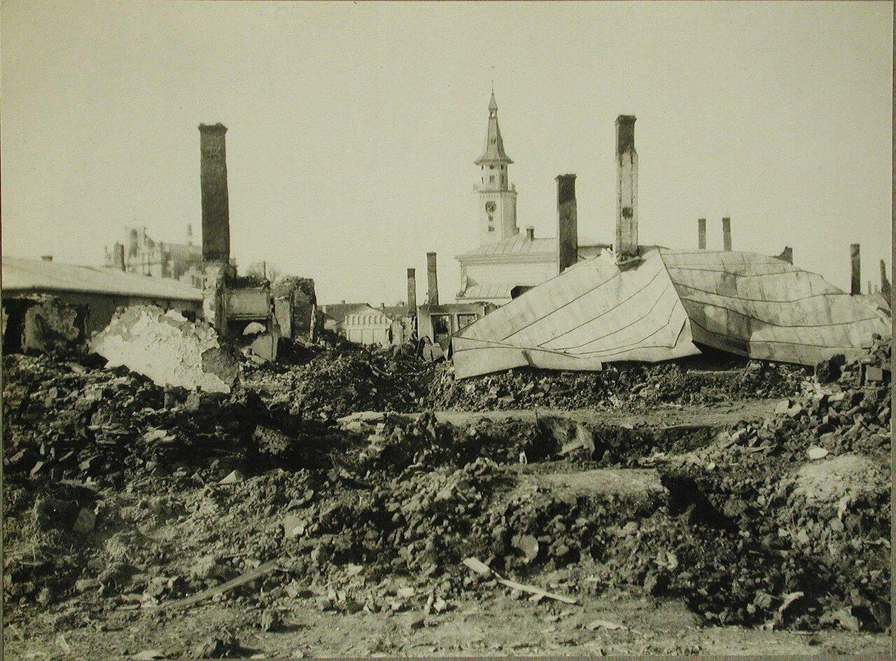 12. Вид части деревни, разрушенной огнем русских частей. Церкви сохранены