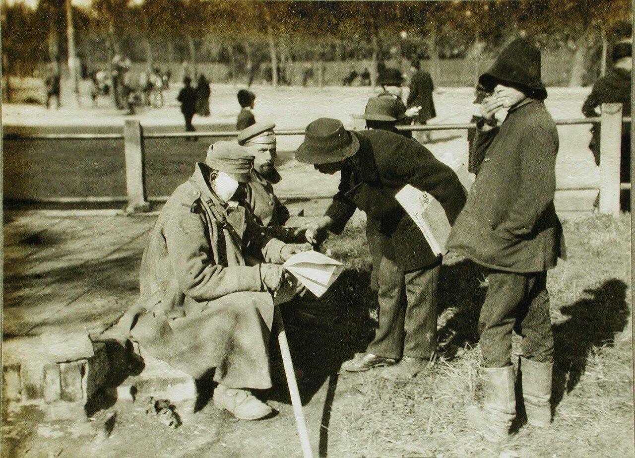 25. Раненый австрийский солдат покупает газету
