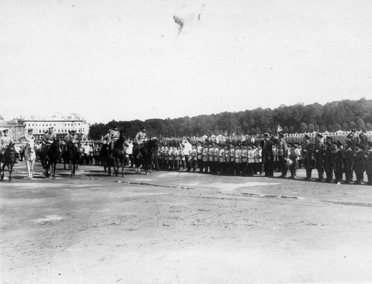 38. Император Николай II и сопровождающие его лица объезжают фронт потешных войск
