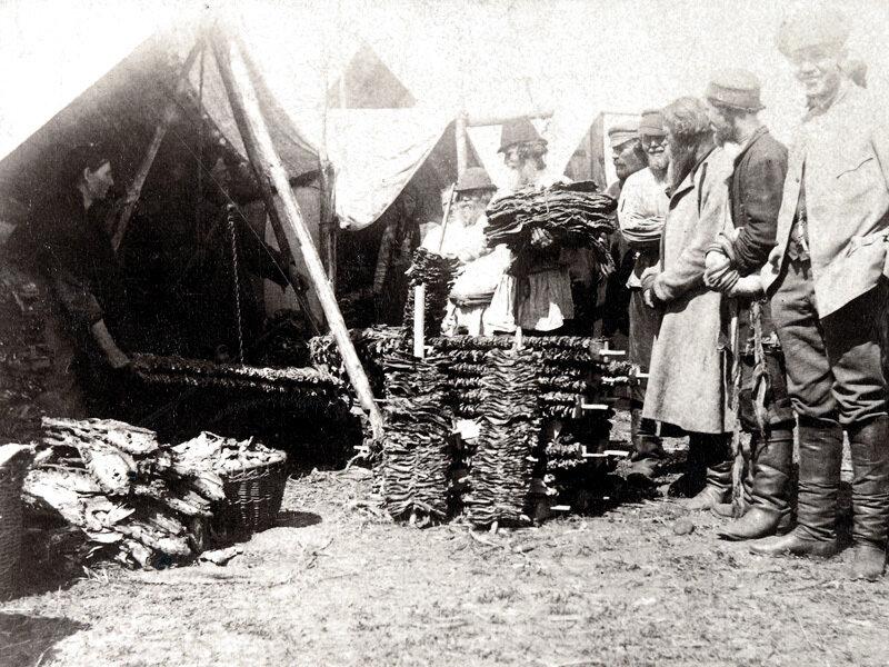 20. Торговля сушеной рыбой на ярмарке