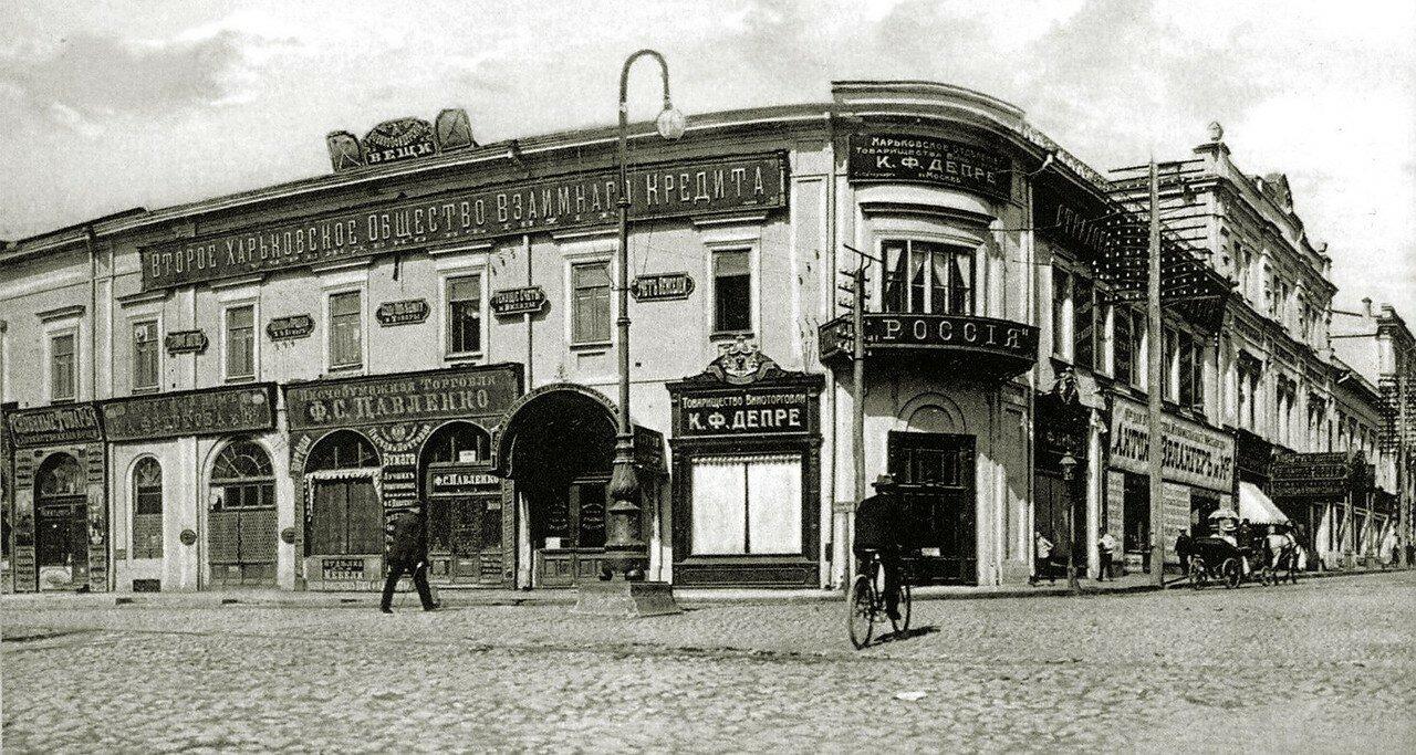 Старый дом страхового общества Россия на углу Павловской и Николаевской площадей