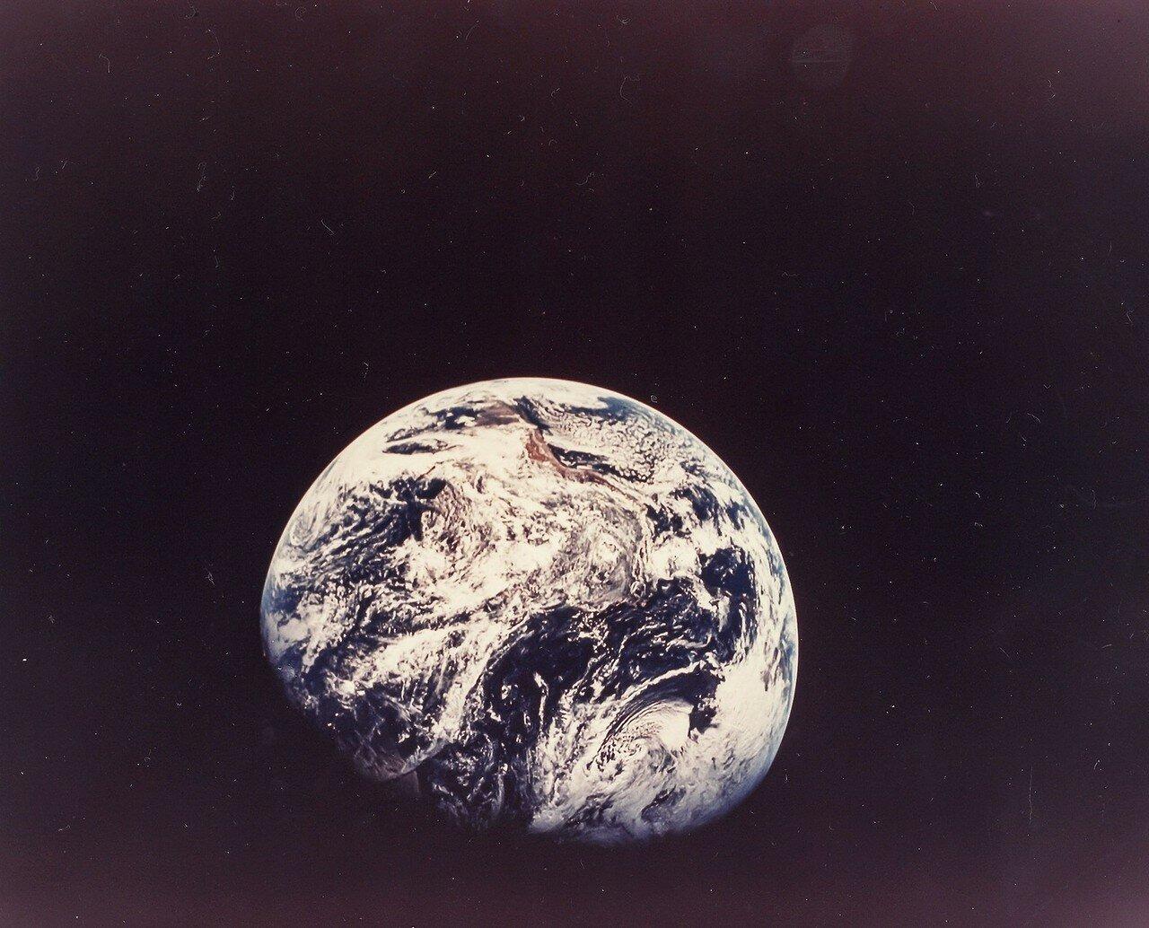 1968. Фотография Земли с расстояния 30,000 км. Первая снятая живым человеком полная фотография Земли.