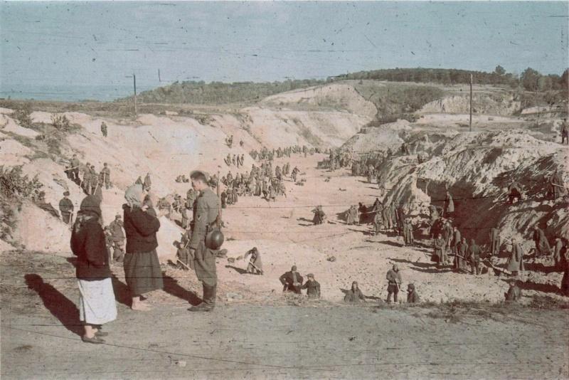 Советские военнопленные закапывают расстрелянных по приказу палачей из СС