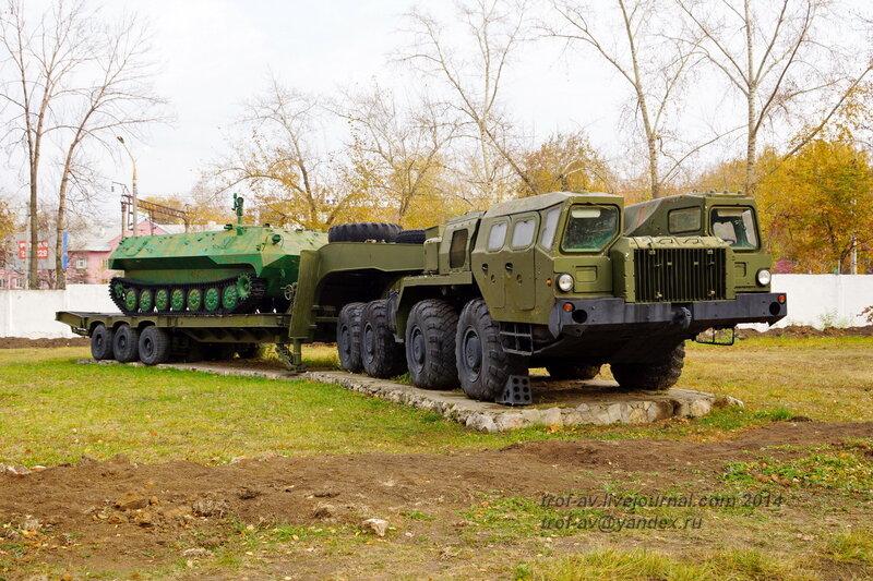 Седельный тягач МАЗ-7410 с БТР МТ-ЛБу. Памятники на территории бывшего Рязанского военного училища (сейчас автомобильный факультет  воздушно-десантного училища)