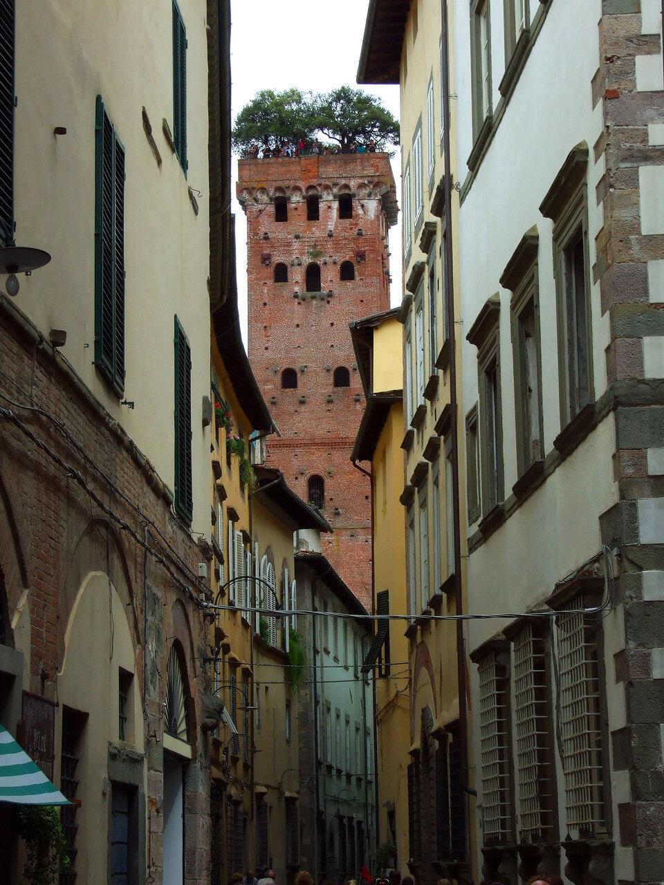 Похоже, что эту башню со смотровой площадкой наверху видно из всех точек города Лукка (Lucca) - как Эйфелеву в Париже)