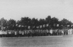 Императоры Николай II и Вильгельм II и сопровождающие их лица принимают парад почетного караула - сводного гвардейского батальона.
