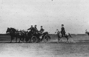 Император Николай II с персидским шахом Мозафаром-эд-дином в экипаже во время парада войск.