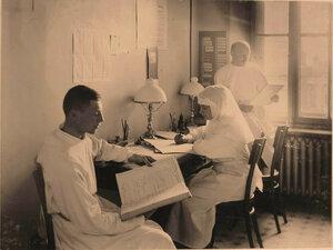 Сестра милосердия,врач и санитар в канцелярии офицерского лазарета.