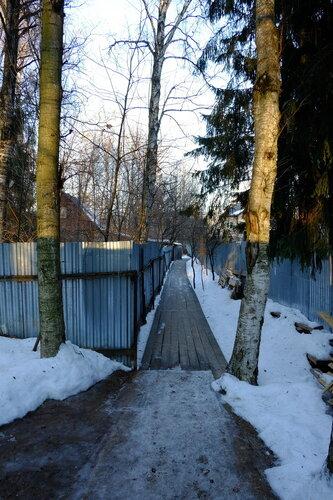 Тропинка за воротами