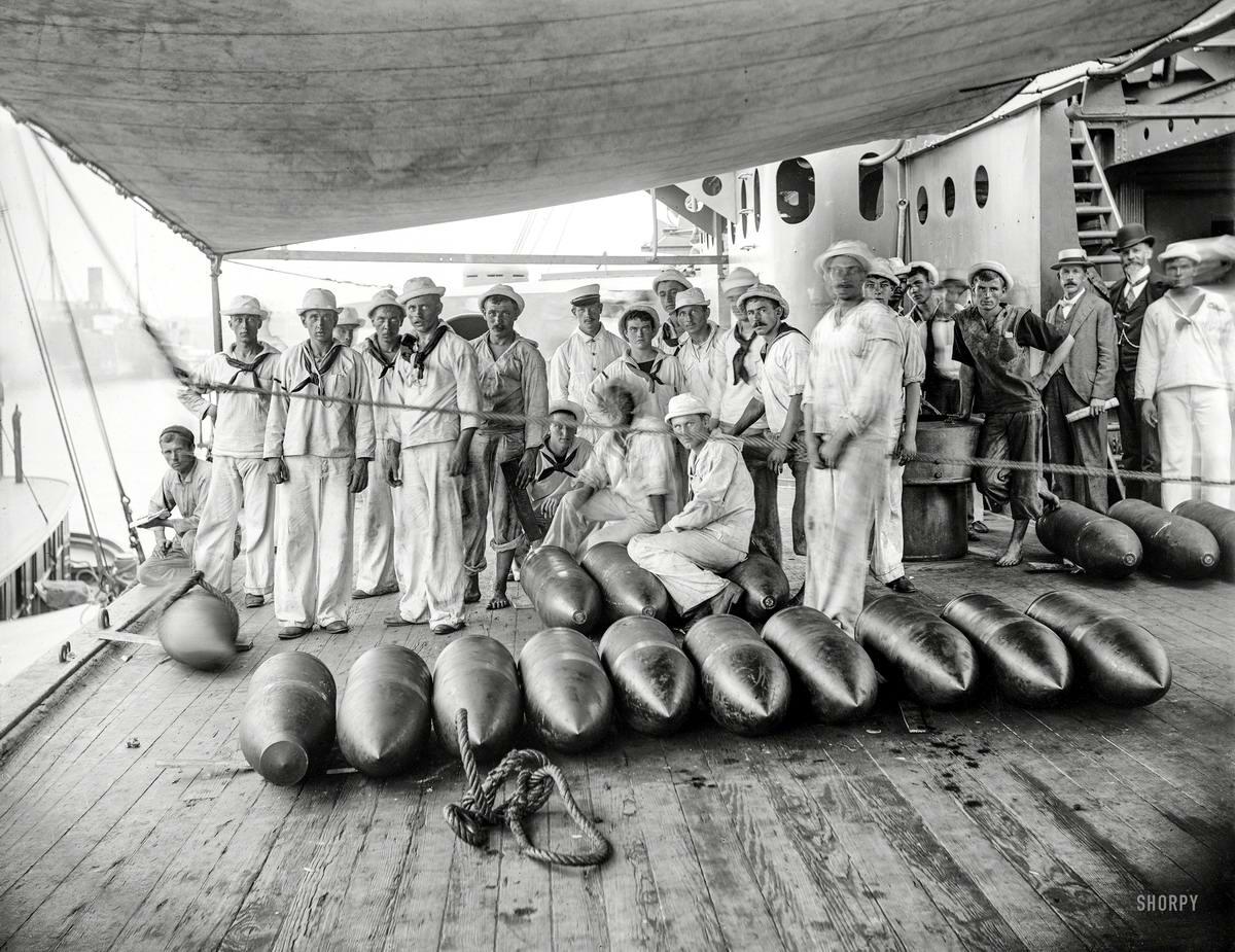 Корабли, речные суда и военные моряки на снимках американских фотографов начала 20 века (1900 - 1901 годы) (1)