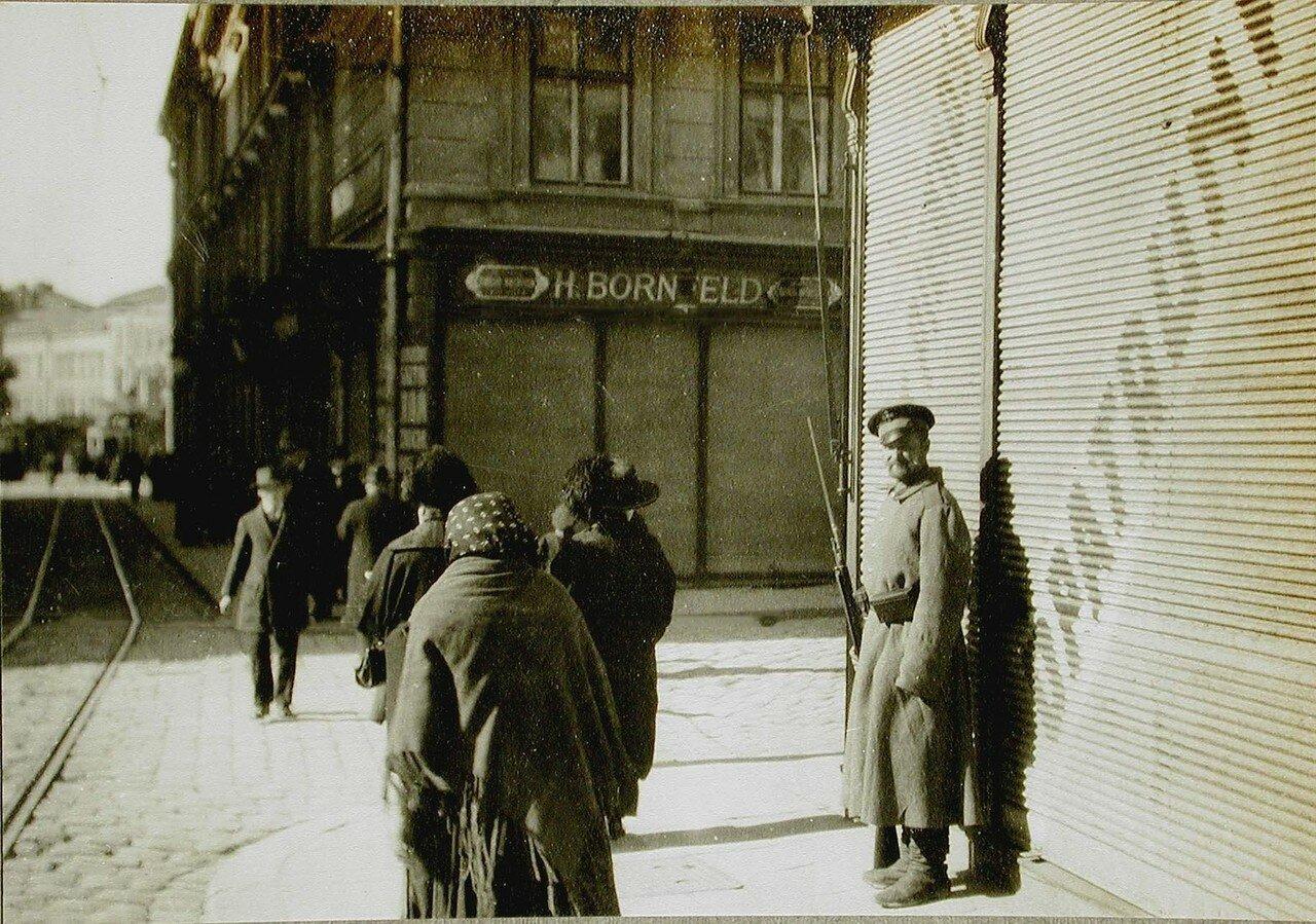 58. Прохожие на одной из улиц города; справа - солдат на посту. Лемберг