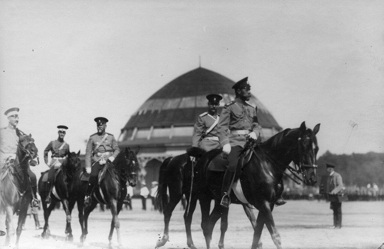 32. Император Николай II с сопровождающими его военным министром В.А. Сухомлиновым и командующим смотром, генералом В.Е.Флугом