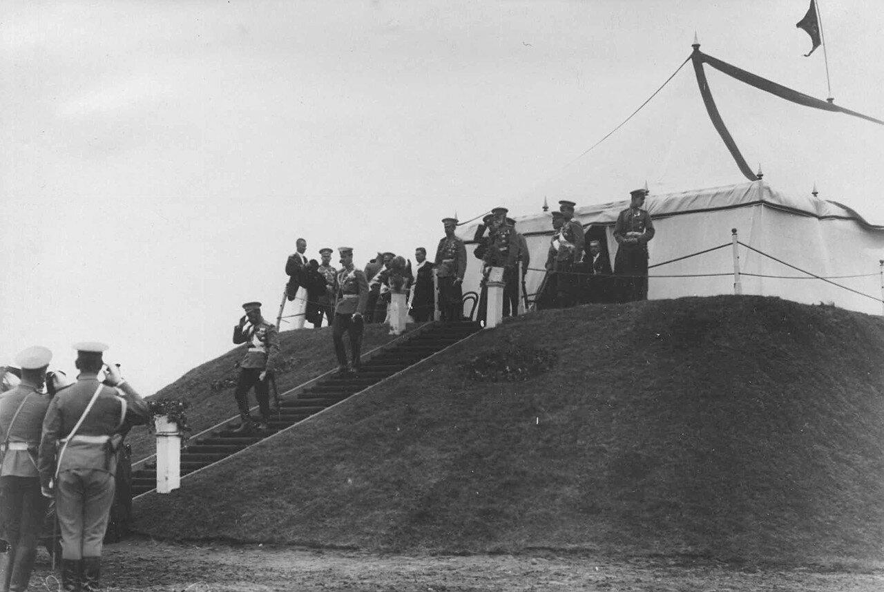 26. Император Николай II и великий князь Михаил Александрович спускается с царского валика. 30 июля 1912
