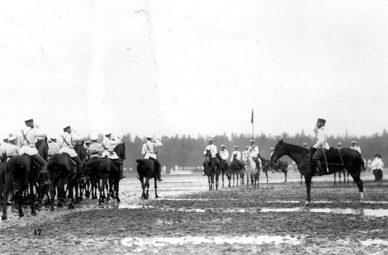 05. Кавалерийские части проходят маршем мимо императора Николая II. 1907