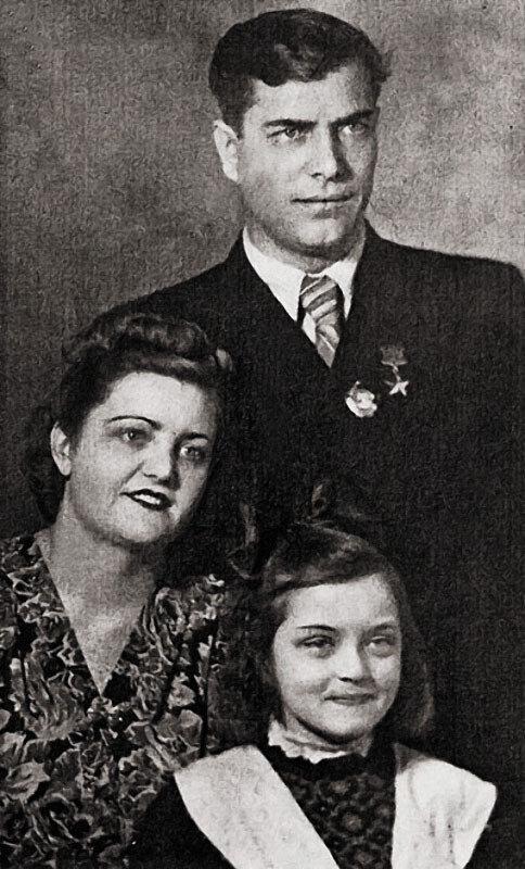 1113 Зинаида и Андрей Болотовы с дочерью Жанной.jpg