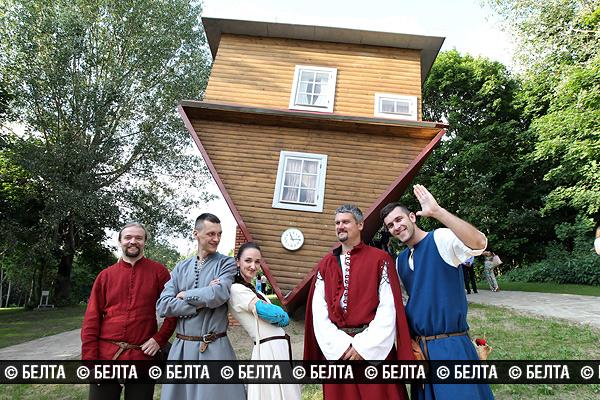 Под Минском открылся «Дукорскі маёнтак» с перевернутым домом