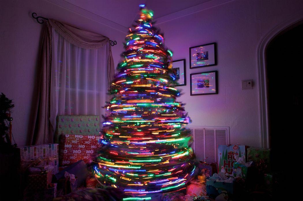 3. Крутящаяся елка Секрет кроется во вращающемся механизме в основании елки. Впечатляющее зрелище.