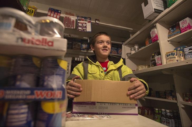 Арон помогает матери, которая работает в местном магазине