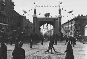 Украшенные ворота, построенные в честь приезда персидского шаха Мозафара-эд-дина, на Невском проспекте у Знаменской площади.