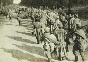 Австрийские пленные, конвоируемые русскими солдатами, на марше.