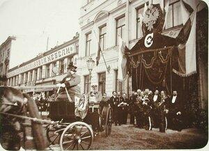 Великий князь Михаил Николаевич (в экипаже) отъезжает от здания Совета Императорского Человеколюбивого Общества.