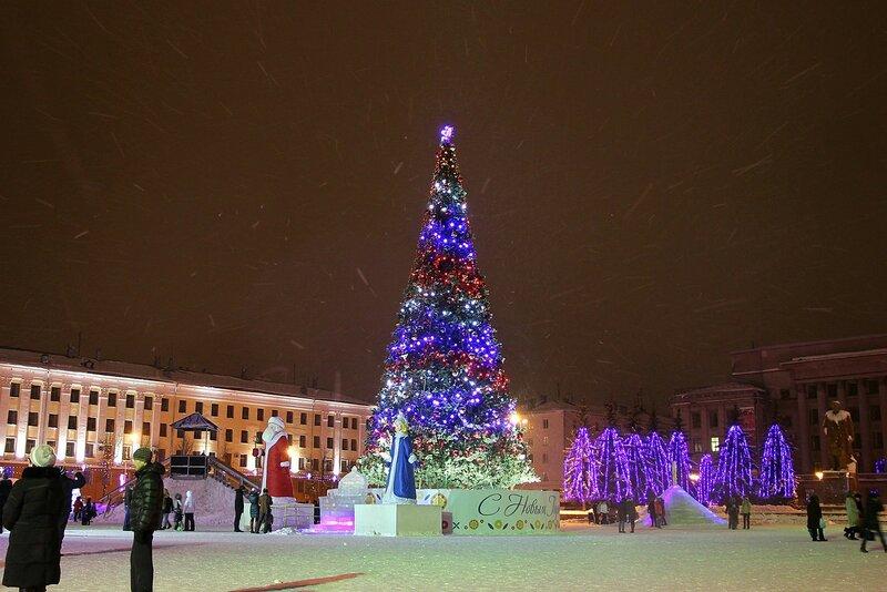 Новогодняя ёлка на Театральной площади в Кирове и снежная пурга