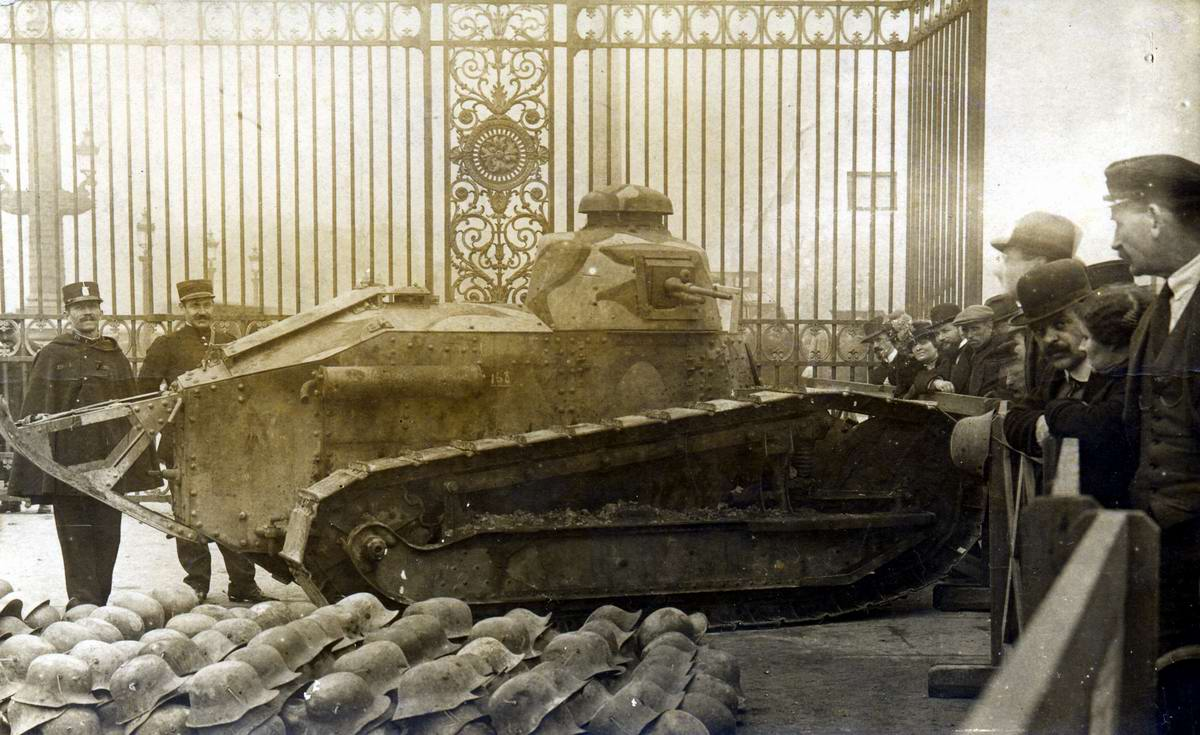 Французский танк FT-17 на выставке в Париже вскоре после завершения 1-й мировой войны