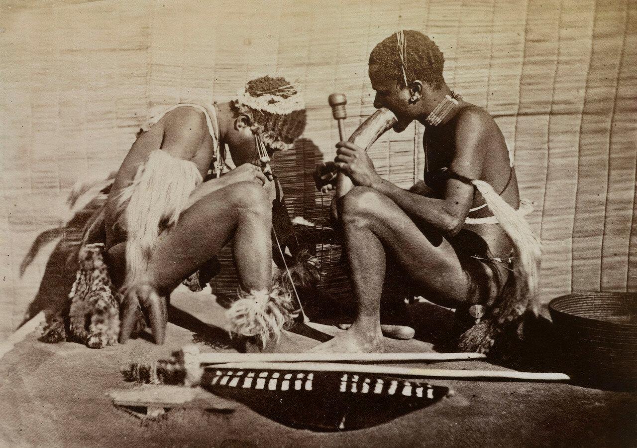 Зулусы курящие дхаху