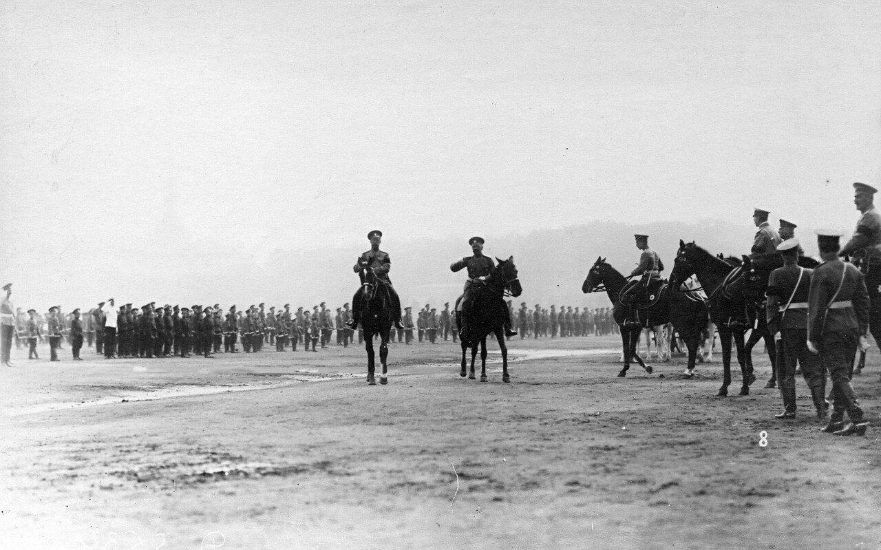 44. Император Николай II с офицерами на поле во время смотра