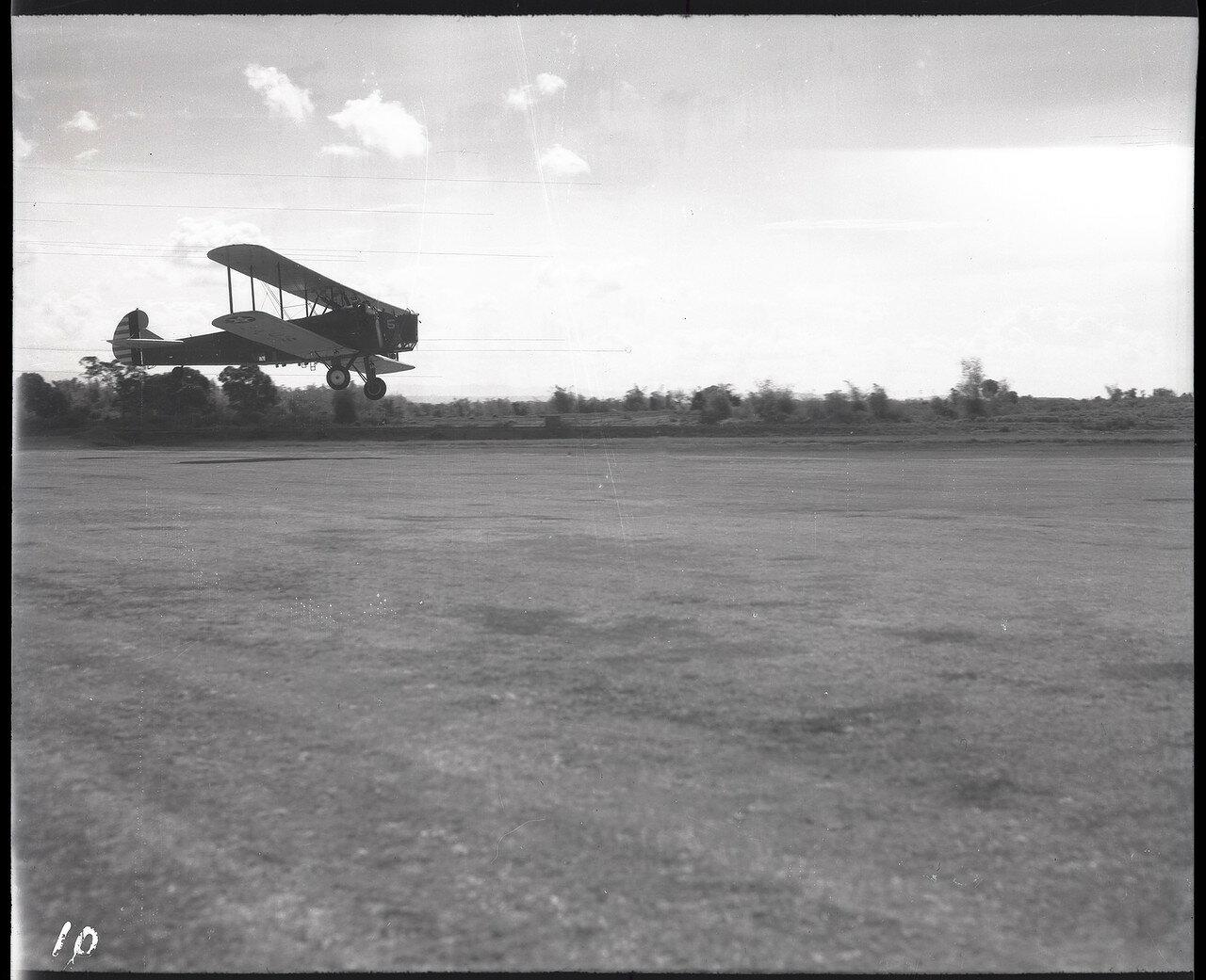10. Бомбардировщик  B-3A  приземляется на филиппинском аэродроме Николс Филд