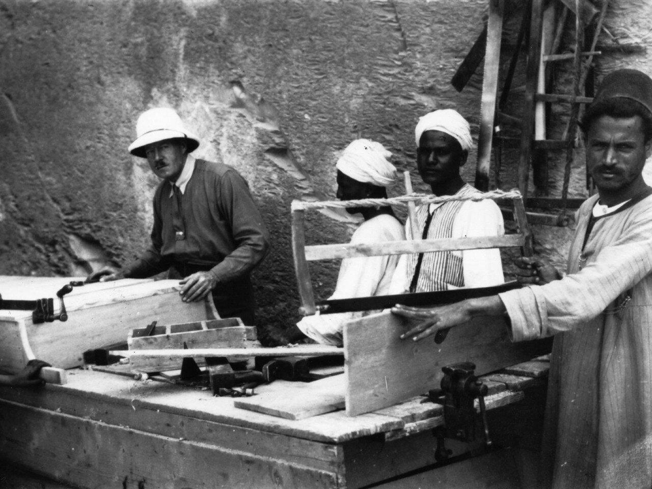 Каллендер, ассистент Говарда Картера  возле местных плотников, подготавливающих ящики для транспортировки находок