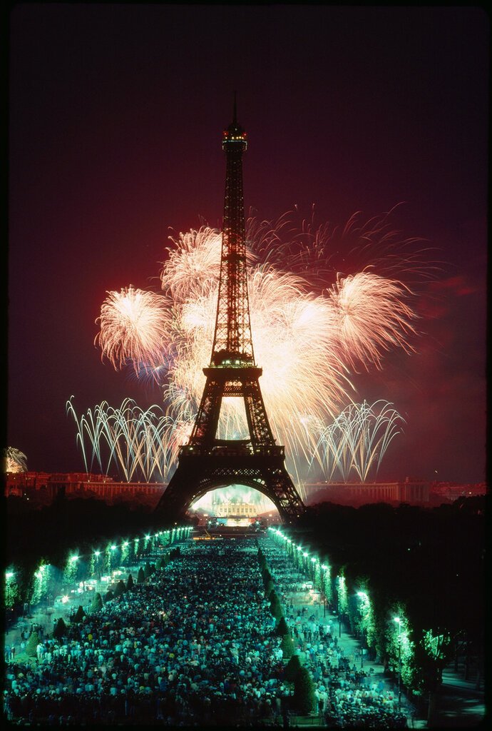 1989 A fireworks display illuminates the Eiffel Tower.jpg