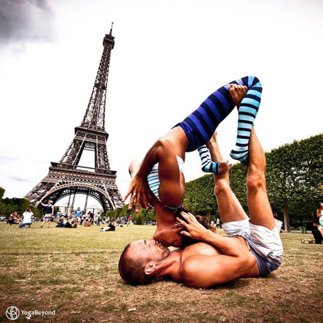 Семейная пара занимается йогой во время путешествий по миру 0 12d026 8f52401b orig