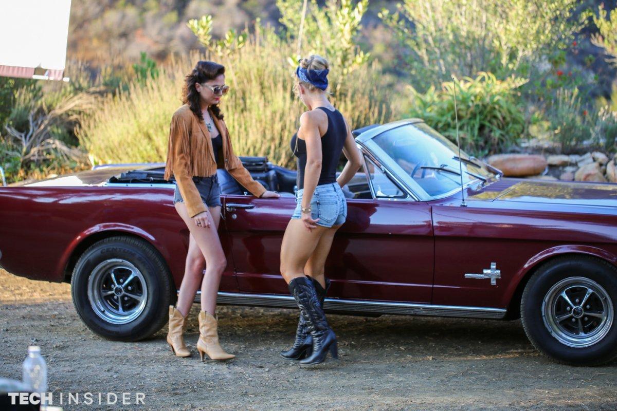 Режиссёр Холли Рэндалл ставит женщин перед машиной и тратит более получаса на фотосъёмку с различным
