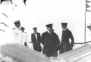 Французский президент Раймон Пуанкаре с группой сопровождающих его лиц  на борту корабля в день прибытия в Петербург.